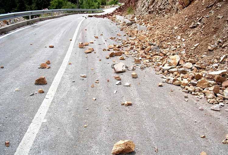 Πτώσεις βράχων σε δρόμο